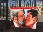 На воротах Мариинского дворца повесили плакат, где изображен поцелуй Коломойского и Зеленского