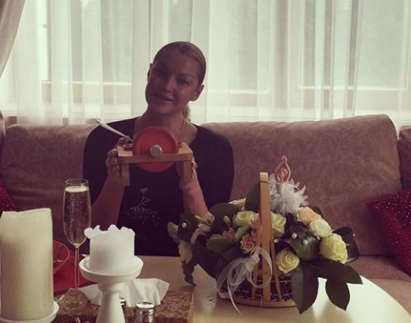 Анастасия Волочкова призналась, что пьет с утра шампанское