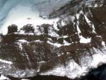 В Антарктиде из-под ледяного покрова появилась древняя дорога и арочный мост