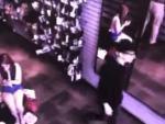 В США на камеру видеонаблюдения попал мужчина, не отражающийся в зеркале