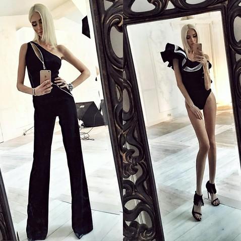 блондинка с худыми ногами