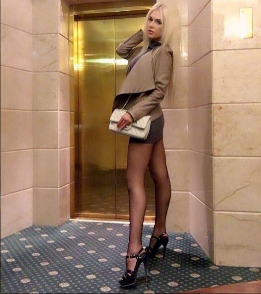 фото девушек с длинными ногами в колготках мини юбках