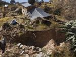 Гигантские трещины начали появляться в Перу: под землю уходят сотни домов