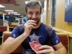 В США веган с ожирением начал есть лишь сырое мясо, после чего похудел и поздоровел