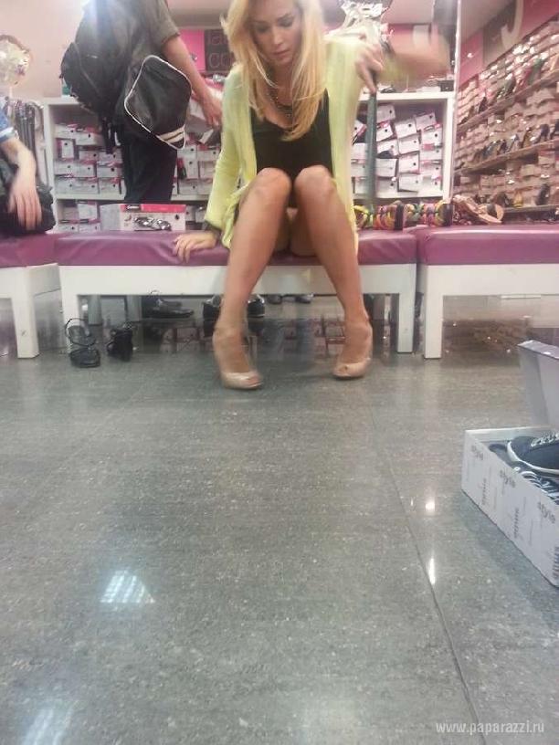 девушка без нижнего белья в магазине